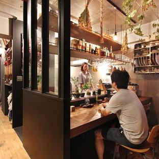東京23区のインダストリアルスタイルのホームバーの画像