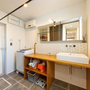 Inredning av en asiatisk tvättstuga, med grått golv och vita väggar