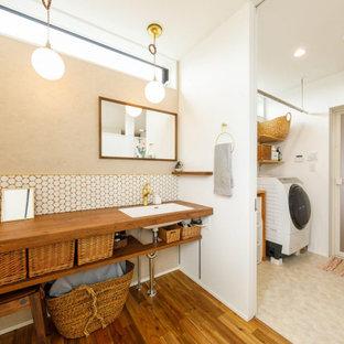 Inspiration för ett mellanstort industriellt brun linjärt brunt grovkök, med en undermonterad diskho, öppna hyllor, bruna skåp, träbänkskiva, vita väggar, mellanmörkt trägolv och brunt golv