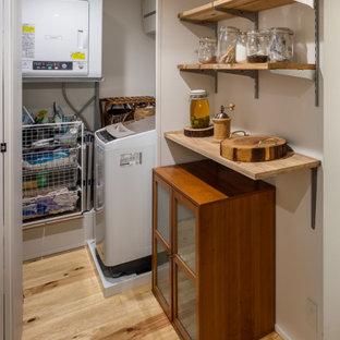 Exemple d'une petit buanderie linéaire moderne dédiée avec un mur blanc, un sol en bois brun, des machines côte à côte, un sol beige, un plafond en lambris de bois et du lambris de bois.