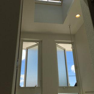 Immagine di una sala lavanderia minimalista di medie dimensioni con lavatoio, top in laminato, pareti bianche, pavimento in linoleum, lavasciuga, pavimento beige, top bianco, soffitto in carta da parati e carta da parati