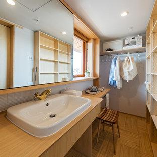 Idee per una lavanderia multiuso etnica con lavello da incasso, nessun'anta, ante in legno chiaro, top in legno e pareti bianche