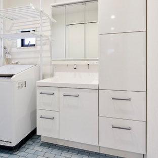 Idéer för att renovera ett grovkök, med vita skåp, vita väggar, en tvättpelare och turkost golv