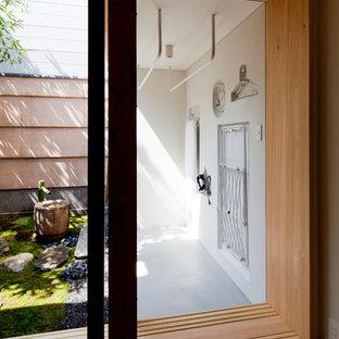 Immagine di una lavanderia minimalista con pareti bianche