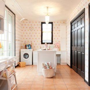 Ispirazione per una lavanderia multiuso classica con ante con riquadro incassato, ante bianche, pareti multicolore, pavimento in terracotta, pavimento arancione e top bianco