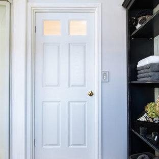 Idéer för shabby chic-inspirerade grovkök, med vita väggar, ljust trägolv och vitt golv