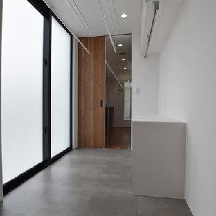 Foto på ett funkis vit grovkök med garderob, med vita skåp, vita väggar, vinylgolv och grått golv