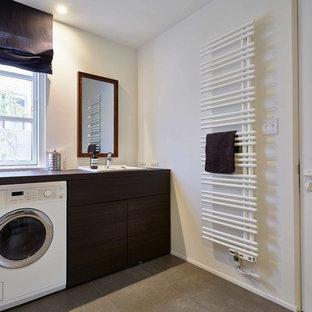 Inspiration för en minimalistisk tvättstuga, med vita väggar och grått golv