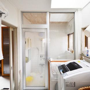 東京都下のコンテンポラリースタイルのおしゃれなランドリールーム (白い壁、白い床) の写真