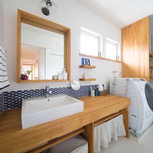 他の地域の北欧スタイルのおしゃれな家事室 (オープンシェルフ、木材カウンター、白い壁、中間色木目調キャビネット) の写真