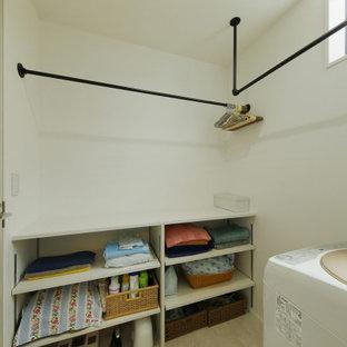 Idéer för ett mellanstort industriellt vit linjärt grovkök, med öppna hyllor, vita skåp, träbänkskiva, vita väggar, klinkergolv i porslin och beiget golv
