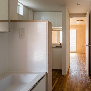 Idées déco pour une buanderie scandinave en U multi-usage et de taille moyenne avec un évier encastré, un placard à porte affleurante, des portes de placard blanches, un plan de travail en surface solide, une crédence en ardoise, un mur blanc, un sol en bois brun, un sol beige, un plan de travail blanc, un plafond en lambris de bois et du lambris de bois.