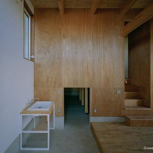 Idéer för en tvättstuga, med vita väggar och grått golv