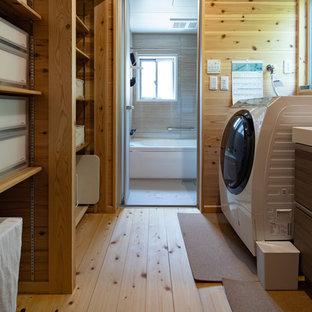 Idées déco pour une buanderie parallèle asiatique multi-usage avec un placard sans porte, des portes de placard en bois brun, un mur marron, un sol en bois clair, un sol beige et un plan de travail blanc.