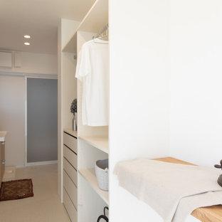 Inspiration för moderna parallella grovkök, med öppna hyllor, vita skåp, vita väggar, vinylgolv och beiget golv
