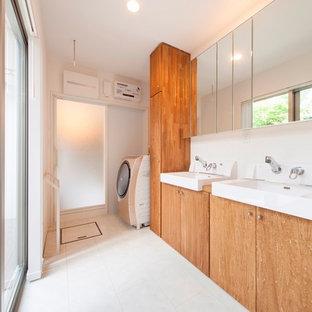 Immagine di una lavanderia nordica con pareti bianche e pavimento bianco