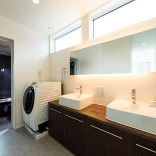 Idee per una lavanderia multiuso moderna di medie dimensioni con lavello da incasso, ante a filo, ante marroni, top in legno, pareti bianche, pavimento in compensato, lavasciuga, pavimento grigio, top marrone, soffitto in carta da parati e carta da parati
