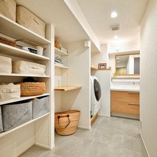 Idéer för stora funkis linjära grovkök med garderob, med vita väggar och grått golv