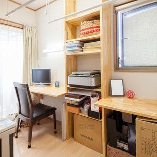 Immagine di una lavanderia minimalista con pareti bianche, pavimento in compensato, pavimento beige, soffitto in carta da parati e carta da parati