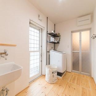 他の地域のI型カントリー調の家事室の画像 (白い壁、無垢フローリング、茶色い床)