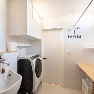 京都のコンテンポラリースタイルのおしゃれな洗濯室 (オープンシェルフ、木材カウンター、白い壁、白い床、茶色いキッチンカウンター) の写真