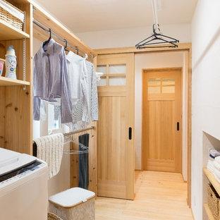 Ispirazione per una lavanderia multiuso etnica con nessun'anta, pareti bianche, parquet chiaro, pavimento beige e ante in legno scuro
