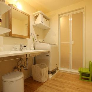 Foto di una lavanderia multiuso di medie dimensioni con pareti bianche, parquet chiaro, lavasciuga, pavimento beige, soffitto in perlinato e pareti in perlinato