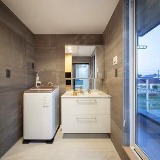 Inspiration för små industriella tvättstugor, med vitt golv, en integrerad diskho, släta luckor, vita skåp och grå väggar