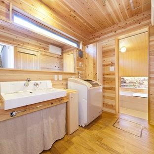 Foto på en orientalisk tvättstuga, med bruna väggar och brunt golv