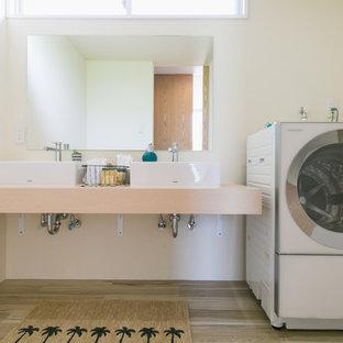 Ispirazione per una lavanderia costiera con nessun'anta, pareti bianche, pavimento in legno verniciato e pavimento grigio