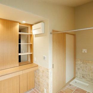 Esempio di una lavanderia scandinava con ante lisce, ante in legno chiaro, top in legno, pareti arancioni, pavimento in terracotta, lavasciuga, pavimento arancione, top marrone e soffitto a volta