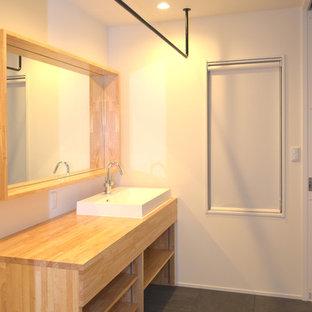 Idéer för små skandinaviska linjära beige tvättstugor enbart för tvätt och med garderob, med en nedsänkt diskho, öppna hyllor, träbänkskiva, vita väggar, linoleumgolv och svart golv