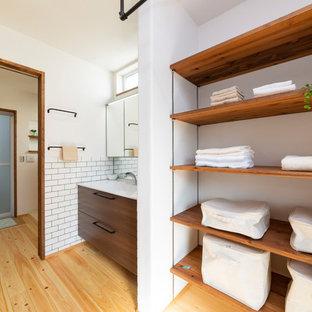 名古屋のインダストリアルスタイルのおしゃれな家事室 (白い壁、無垢フローリング、マルチカラーの床) の写真