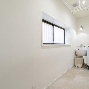 Idéer för en liten modern linjär tvättstuga enbart för tvätt, med en enkel diskho, vita väggar och beiget golv