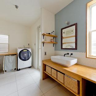 大阪の中サイズのインダストリアルスタイルの家事室の画像 (シングルシンク、オープン棚、青い壁、ベージュの床、茶色いキッチンカウンター)