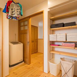 Idéer för orientaliska tvättstugor, med vita väggar och ljust trägolv