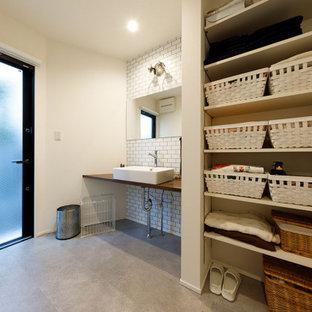Exempel på ett mellanstort modernt brun linjärt brunt grovkök, med en nedsänkt diskho, luckor med profilerade fronter, vita skåp, bänkskiva i koppar, vita väggar, klinkergolv i porslin och grått golv