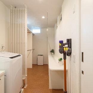 Inspiration för mellanstora moderna linjära vitt tvättstugor, med vita väggar, korkgolv och orange golv