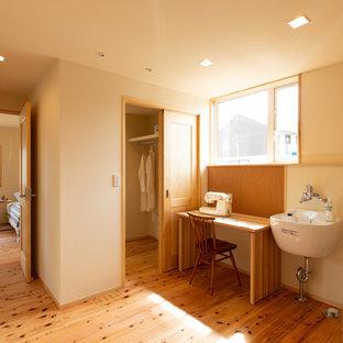 На фото: универсальная комната в стиле кантри с белыми стенами, светлым паркетным полом и коричневым полом с