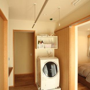 Esempio di una lavanderia multiuso minimalista di medie dimensioni con nessun'anta, ante in legno scuro, top in legno, pareti bianche, pavimento in legno massello medio, lavasciuga, pavimento beige, top marrone e soffitto in carta da parati
