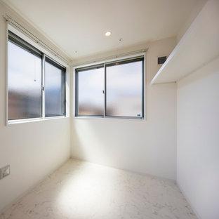 Foto di una lavanderia multiuso moderna di medie dimensioni con pareti bianche, pavimento con piastrelle in ceramica, lavasciuga, pavimento beige, soffitto in carta da parati e carta da parati