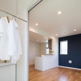 Idéer för ett mellanstort modernt grovkök med garderob, med vita väggar, klinkergolv i keramik och beiget golv