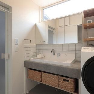 Esempio di una sala lavanderia minimalista con pareti bianche, pavimento grigio, top grigio e soffitto in carta da parati