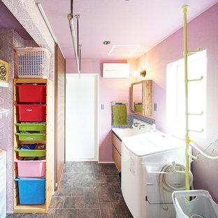 他の地域のインダストリアルスタイルのおしゃれなランドリールーム (ピンクの壁、茶色い床) の写真