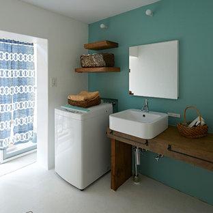 他の地域の北欧スタイルのおしゃれなランドリールーム (オープンシェルフ、シングルシンク、木材カウンター、緑の壁、白い床、茶色いキッチンカウンター) の写真