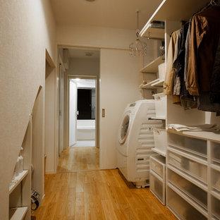 京都のモダンスタイルのランドリールームの画像 (オープン棚、白いキャビネット、白い壁、無垢フローリング、茶色い床)