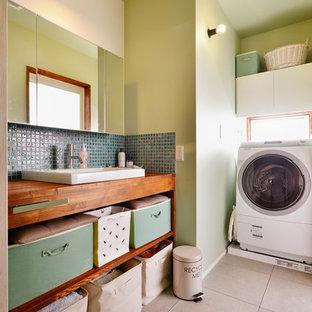 Inspiration för en orientalisk bruna brunt tvättstuga, med en nedsänkt diskho, öppna hyllor, träbänkskiva och gröna väggar