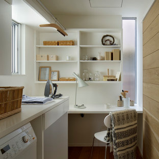 他の地域の小さい北欧スタイルのおしゃれな家事室 (白い壁、L型、オープンシェルフ、白いキャビネット、無垢フローリング、茶色い床、白いキッチンカウンター) の写真