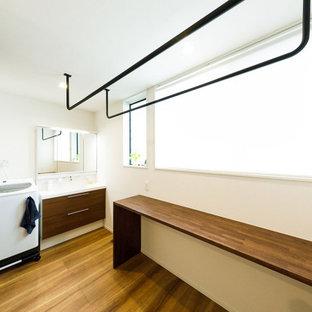 Inspiration för mellanstora industriella l-formade brunt grovkök, med vita väggar, mörkt trägolv och brunt golv