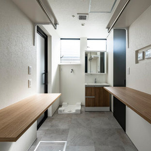 Photo of a modern single-wall laundry room in Fukuoka with white walls, vinyl floors, an integrated washer and dryer, grey floor, wallpaper and wallpaper.